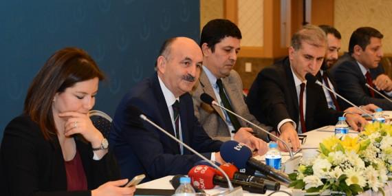 """Müezzinoğlu, """"Sağlıkta Gelecek Vizyonu"""" Konulu Toplantıda Sağlık Politikalarını Değerlendirdi"""